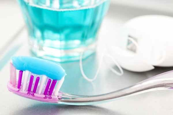 Jakie akcesoria stomatologiczne warto mieć w łazience?