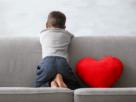 Chłopiec z zespołem Aspergera na kanapie