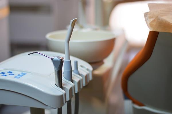 Protezy zębowe ruchome, stałe, implanty zębowe