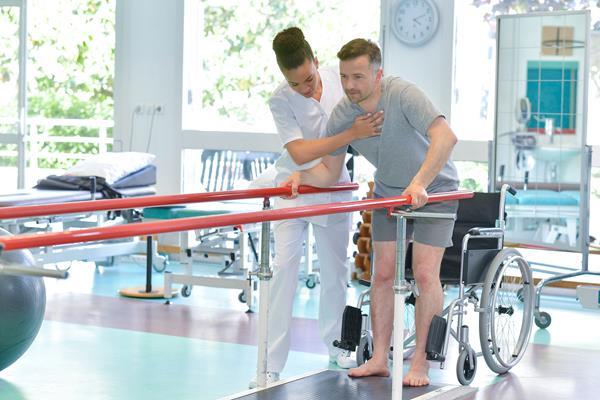 Jak pomóc tym, którzy mają ograniczoną zdolność poruszania się - wybór akcesoriów ortopedycznych